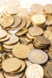 堆与背后照明的金属欧洲硬币 免版税库存图片