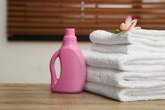 堆与花和洗涤剂的清洁毛巾在桌上 r 库存图片