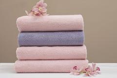 堆与花的新鲜的毛巾 免版税库存照片