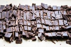 堆与薄荷的叶子的巧克力切片 在wo的黑暗的巧克力 库存图片