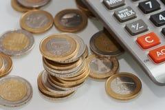 堆与计算器的欧洲硬币 免版税库存照片