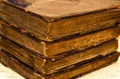 堆与金叶装饰的老和破旧的皮革盖子书 免版税库存照片