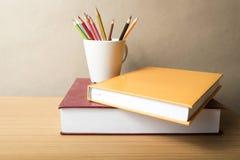 堆与颜色铅笔的书 库存图片