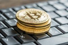 堆与Bitcoin的硬币签署黑键盘 图库摄影