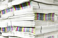 堆与cmyk对有色人种的歧视的纸张文件 免版税库存图片