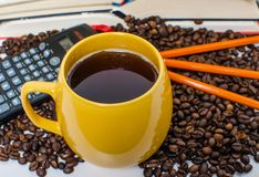 堆书、计算器和咖啡 图库摄影