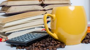 堆书、计算器和咖啡 免版税图库摄影