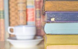 堆书和一杯咖啡 免版税库存图片