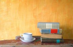 堆书和一杯咖啡 免版税库存照片