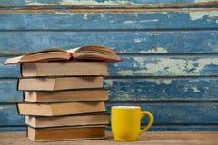 堆书和咖啡杯 免版税库存照片