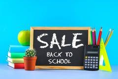 堆书和文具在黑板背景 工作书桌,教育,学校 销售额 库存图片