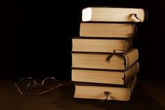 堆书和玻璃 图库摄影