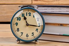 堆书和闹钟 库存图片