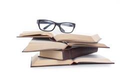堆书和玻璃 免版税图库摄影