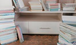 堆书在地板上和在壁橱 库存图片