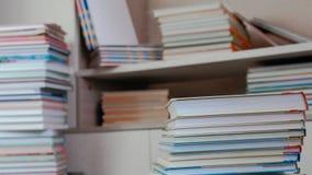 堆书在地板上和在壁橱 库存照片