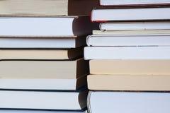 堆书有木蓝色背景 赠送阅本空间为 库存照片