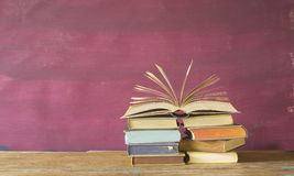 堆书,一被翻转的开放 免版税库存图片