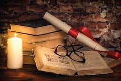 堆书,书,玻璃,蜡烛, origami,在木书桌上的纸卷 免版税库存图片