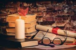 堆书,书,玻璃,蜡烛, origami,在木书桌上的纸卷 库存照片