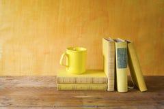 堆书,咖啡 库存照片