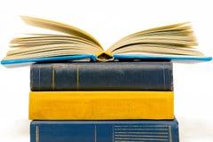 堆书,在上面开放页的一本书,黄色,蓝色颜色 图库摄影