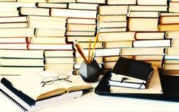 堆书,笔记本,膝上型计算机,玻璃在学会概念的教育的办公室背景中 图库摄影