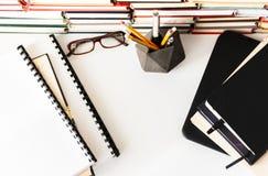 堆书,课本,膝上型计算机,玻璃在办公室学会概念的教育的企业背景中 图库摄影