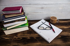 堆书, pecil,笔记本,玻璃,咖啡 图库摄影