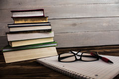 堆书, pecil,笔记本,玻璃,研究 免版税库存图片