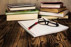 堆书, pecil,笔记本,玻璃,研究 免版税库存照片