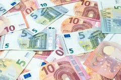 堆五张和十张欧洲钞票背景 免版税库存照片