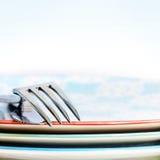 堆五颜六色的与刀子和叉子的板材侧视图 图库摄影