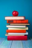 堆五颜六色的书,脏的蓝色背景,赠送阅本空间 库存照片