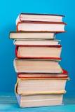 堆五颜六色的书,脏的蓝色背景,赠送阅本空间 库存图片