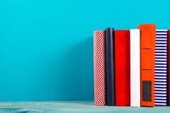 堆五颜六色的书,脏的蓝色背景,赠送阅本空间 免版税图库摄影