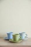 堆五颜六色的咖啡杯有清楚的背景 库存图片