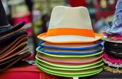 堆五颜六色的帽子 库存照片