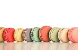 堆五颜六色的法语Macarons的焦点图象 免版税库存照片