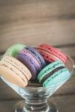 堆五颜六色的法语Macarons的焦点图象 免版税图库摄影