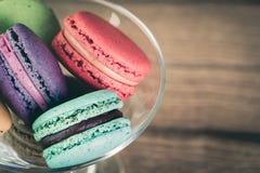 堆五颜六色的法语Macarons的焦点图象 库存照片