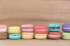 堆五颜六色的法语Macarons的焦点图象 图库摄影
