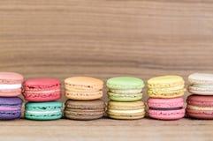 堆五颜六色的法语Macarons的焦点图象 库存图片