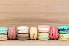 堆五颜六色的法语Macarons的焦点图象 免版税库存图片