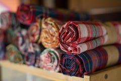堆五颜六色的泰国织品 库存照片
