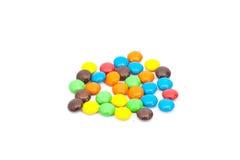 堆五颜六色的涂上巧克力的糖果 免版税库存照片