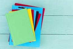 堆五颜六色的精装书 免版税库存图片
