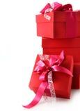 堆五颜六色的红色圣诞节礼物 免版税库存照片
