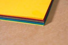 堆五颜六色的纸 弄脏的背景 纸片的角落特写镜头 r 明亮的自然本底 免版税库存照片