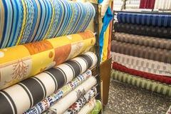 堆五颜六色的纺织品 免版税库存图片